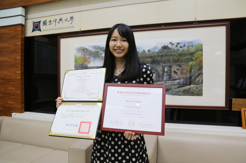 興大獸醫學系周言昱喜歡小動物,希望幫助罹患心臟疾病的動物,讓牠們獲得更好、更先進的治療,目前是台灣首位取得台美名校獸醫臨床碩士雙聯學位的學生。記者喻文玟/攝影