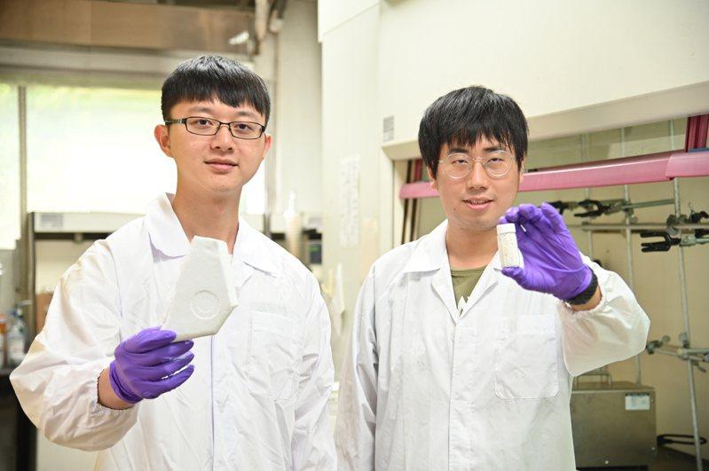 清大化學所碩二生胡育豪(左)和林岩廷成功將廢保麗龍變成可處理含砷廢水的淨水材料。圖/清大提供