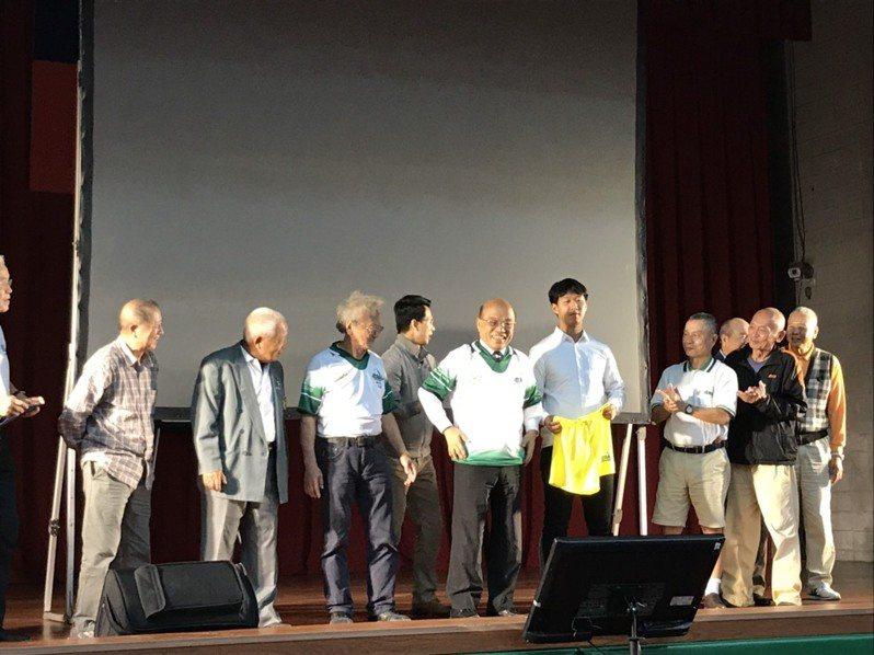 行政院長蘇貞昌以校友身分出席台大橄欖球隊75周年晚宴,並開心穿上球隊的球衣。記者潘乃欣/攝影