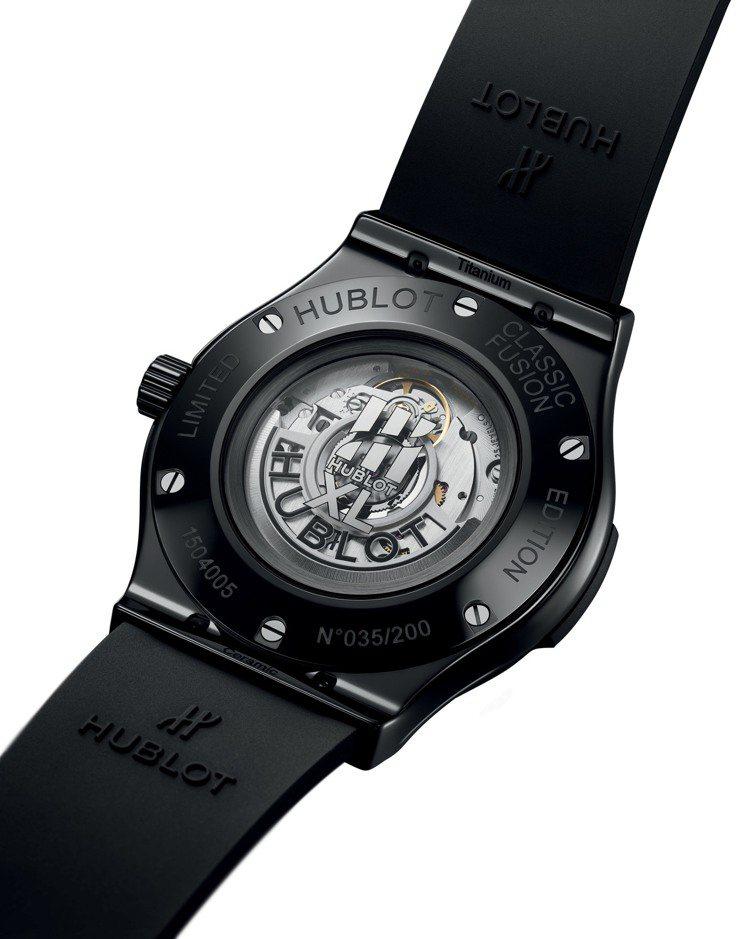 40周年紀念腕表,每一款的藍寶石水晶玻璃底蓋上都印刷了以羅馬數字XL(40)為主...