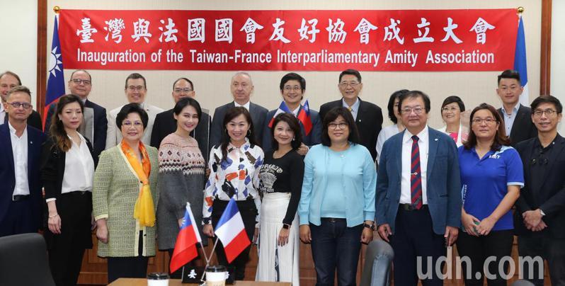 台灣與法國國會友好協會成立大會上午在立法院舉行,發起人立委蔡適應(後排左六)、法國駐台代表公孫孟(後排左五)代表等出席。記者曾學仁/攝影