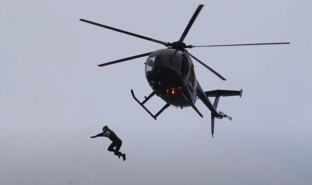 英國男子布雷姆從40公尺高的直升機一躍而下。取自YouTube(@World T...