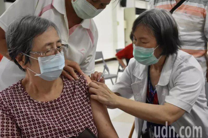 之前有許多民眾搶打流感疫苗。圖/本報資料照片