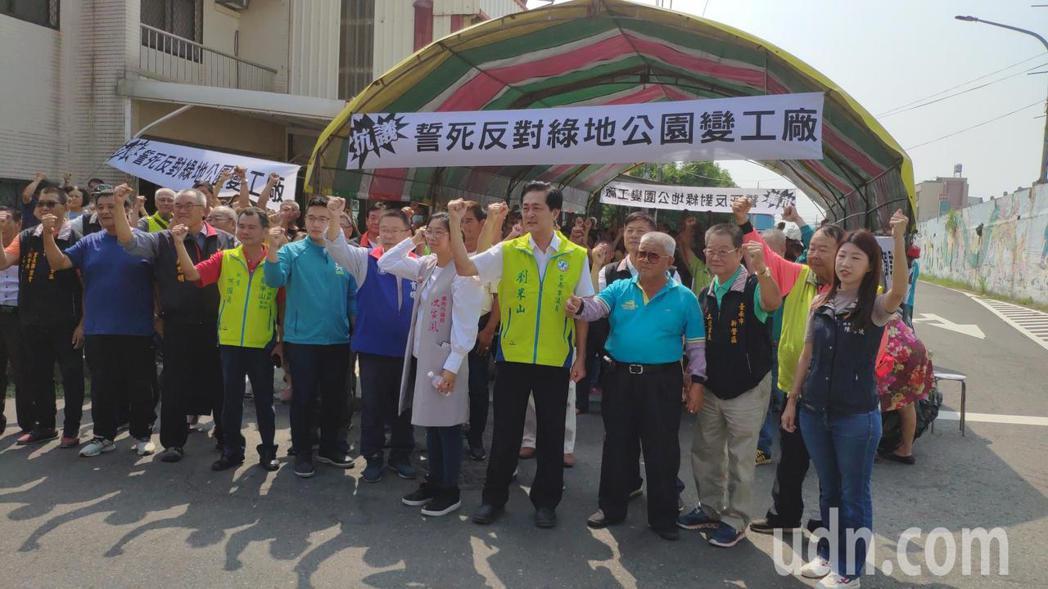 台南新營、柳營區居民抗議台糖柳營副產對面綠地開發案,台糖說,將持續與地方溝通。記...