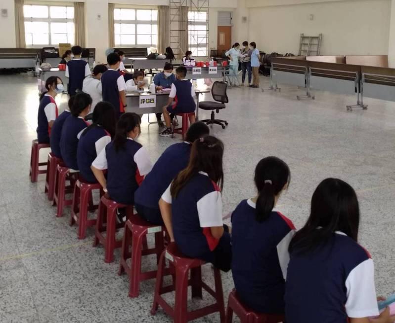 高雄市五福國中學生排隊等候接受流感疫苗接種。圖/五福國中提供