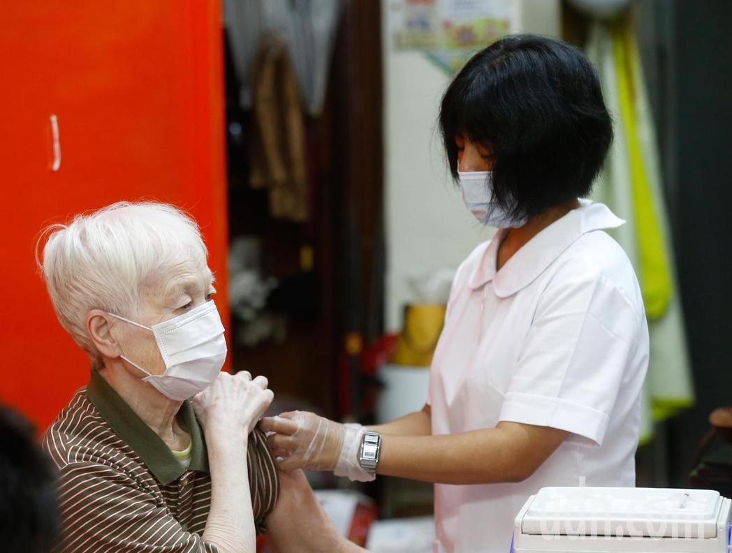受到韓國施打流感疫苗出現死亡病例的影響,新北市三重區自強里上午分配到一百支疫苗可...