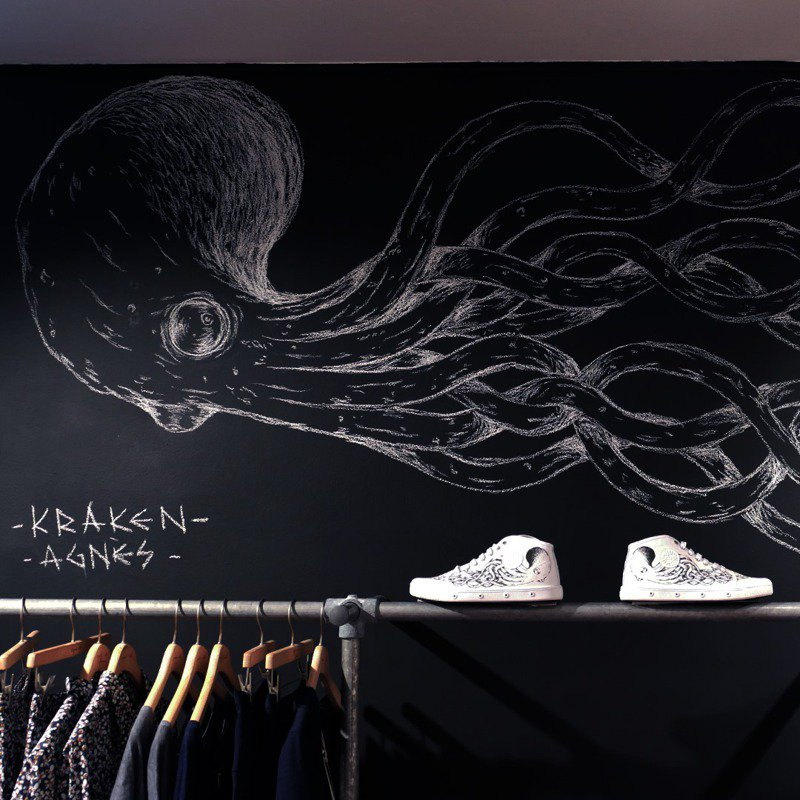 agnès b. x Spring Court聯名網球鞋,結合巴黎藝術家Kraken的經典塗鴉圖騰。圖/agnès b.提供
