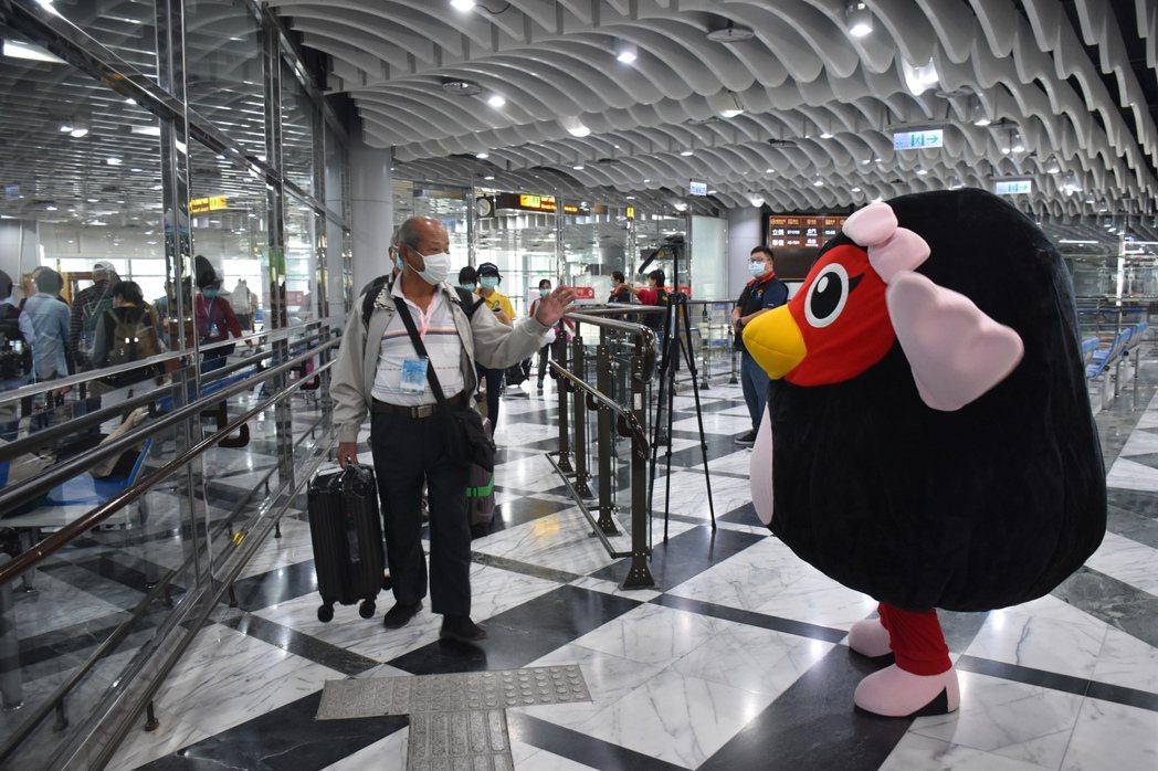 花蓮金門兩地包機推觀光,今天有184名遊客造訪花蓮,展開3天2夜行程。記者王思慧...