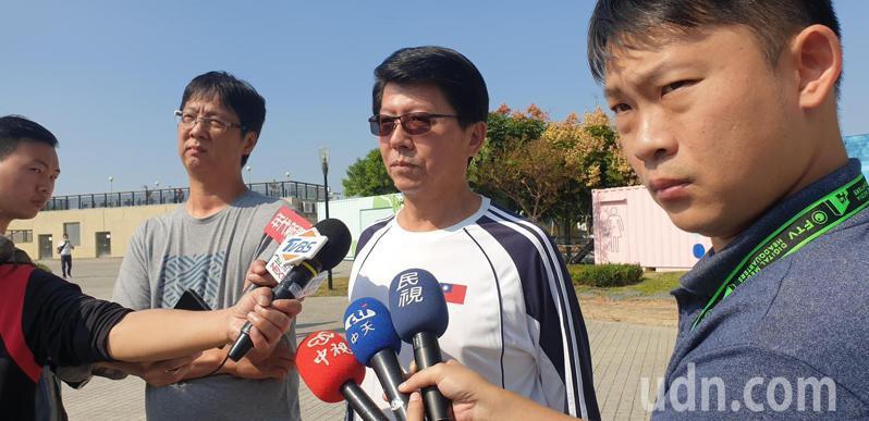 台南市議員謝龍介今天下午,要在台中市豐原葫蘆墩公園跳水還賭約。記者游振昇/攝影