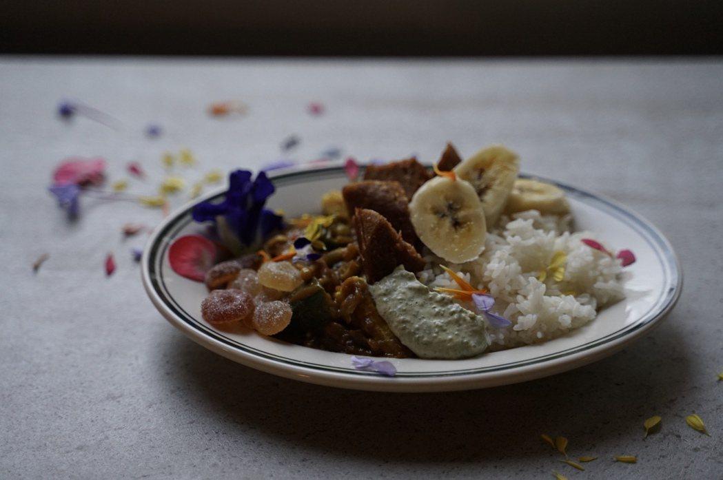 陳小曼與AHA Saloon合作的藍儂咖哩飯。 圖/陳小曼提供