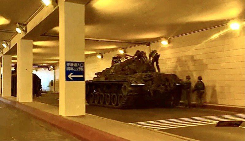 陸軍關渡指揮部裝騎連所屬CM11戰車、雲豹裝甲車,清晨就則隱入周邊地下道掩體,將捷運站變身戰車地底基地,裝甲部隊待命出擊。記者洪哲政/攝影