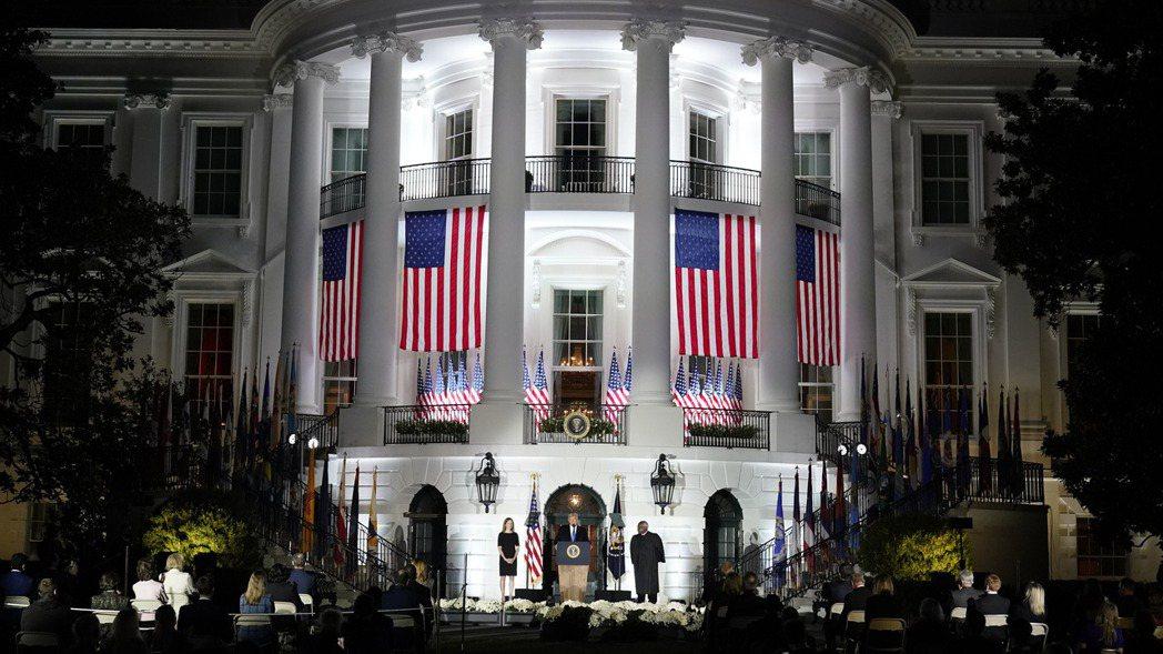 美國參院26日在通過大法官提名人巴瑞特的提名案後休會,經濟刺激方案協商沒有成果已...