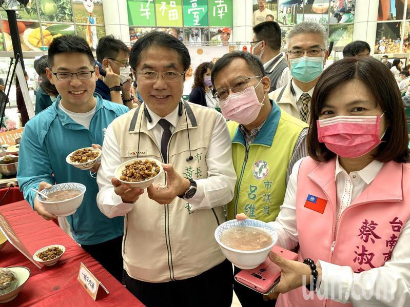 台南市長黃偉哲(左二)今天宣布將舉辦「台南肉燥飯爭霸賽」和「台南肉燥飯嘉年華」。記者鄭維真/攝影