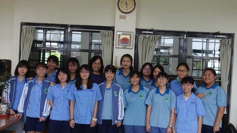 國立蘭陽女中學生勇奪文學大獎,最近在全球華文、文雨飛揚比賽中,表現亮眼。圖/蘭陽女中提供
