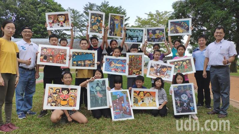 台南後壁樹人國小推動美術教育在版畫成績斐然。記者謝進盛/攝影