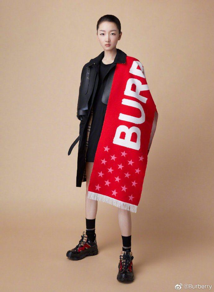 周冬雨配襯全球首發的天貓獨家限量款徽標星辰圖案緹花圍巾。圖/取自微博