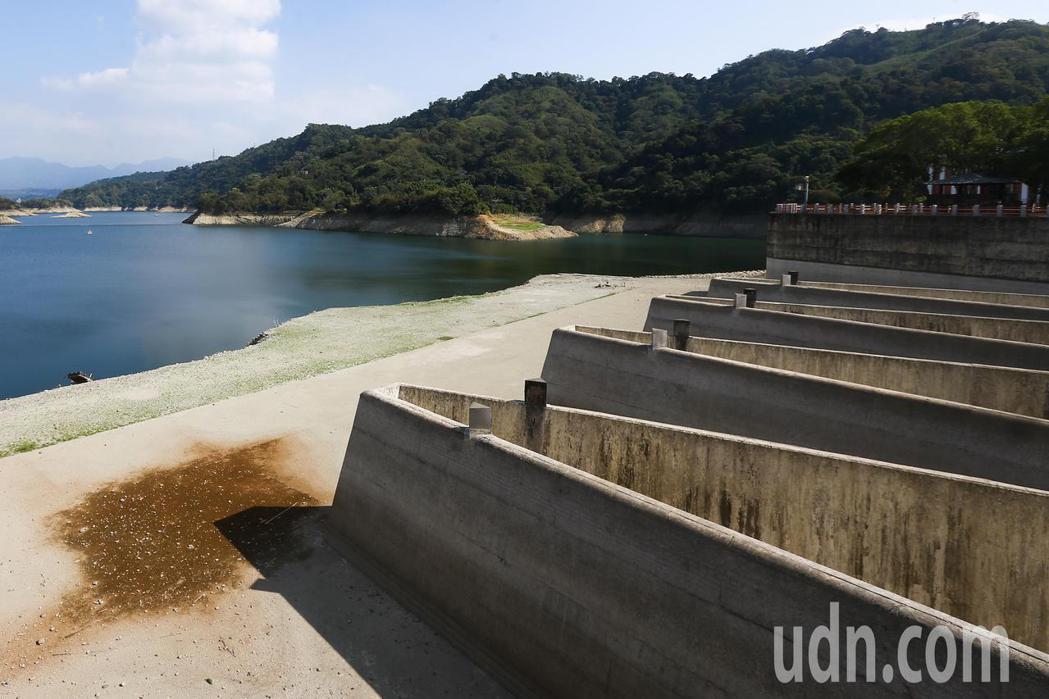 行政院已啟動十四億元抗旱方案,透過多元管道將用水調度極大化。水利署長賴建信說,包...