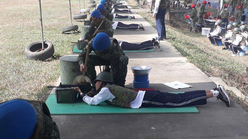 1萬多名學生打靶各開5槍,203旅靶場整天槍聲四起。記者周宗禎/攝影
