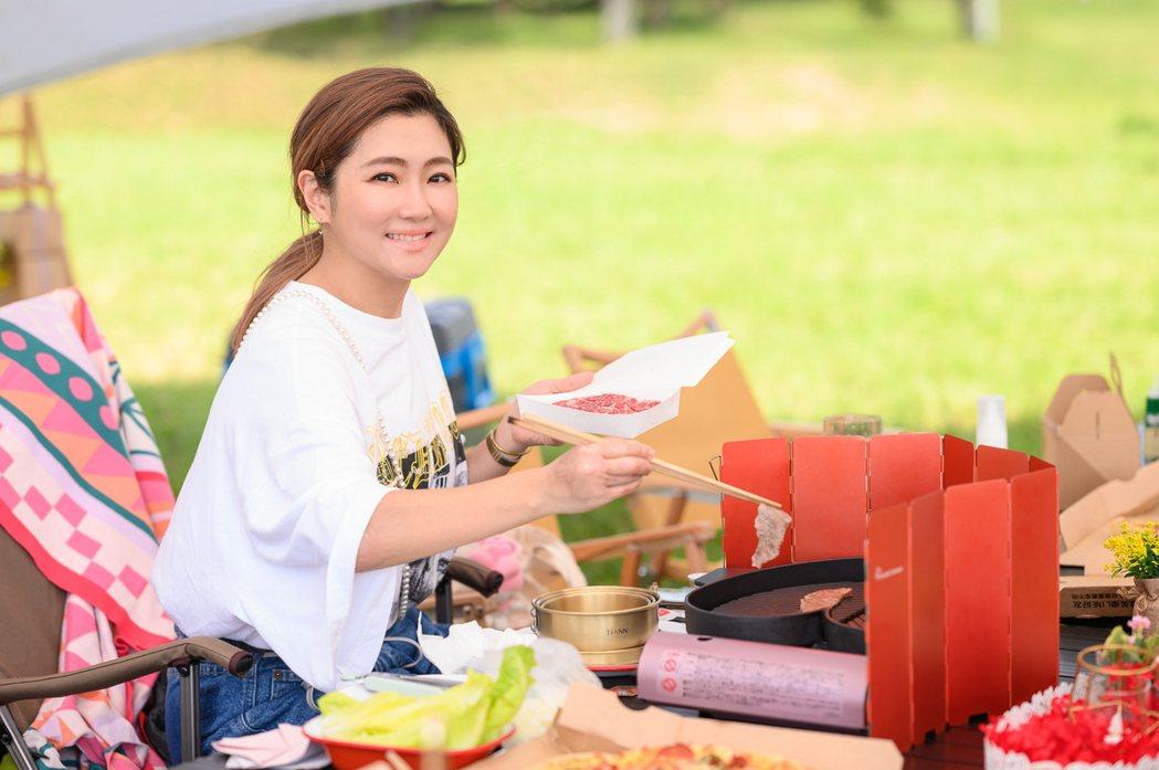 任家萱(Selina)展現烤肉的手藝。圖/任真美好提供