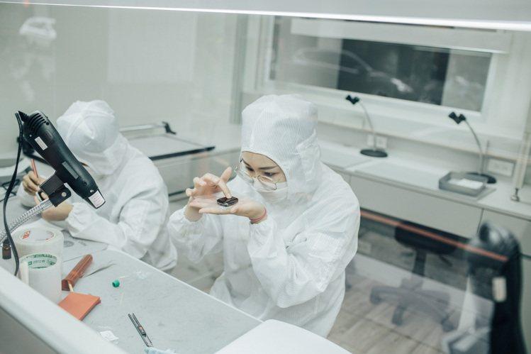 小豪包膜引進媲美晶圓廠等級的十萬級無塵室,讓手機包膜殘留灰塵的機率降到微乎其微。...