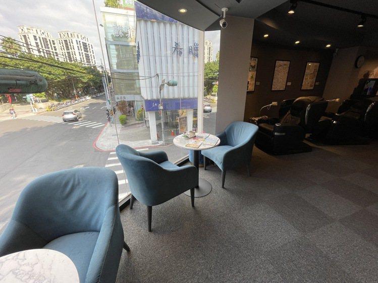 小豪包膜旗艦館2.0打造機場VIP等級顧客休憩區,提供免費茶飲與天王按摩椅,讓顧...