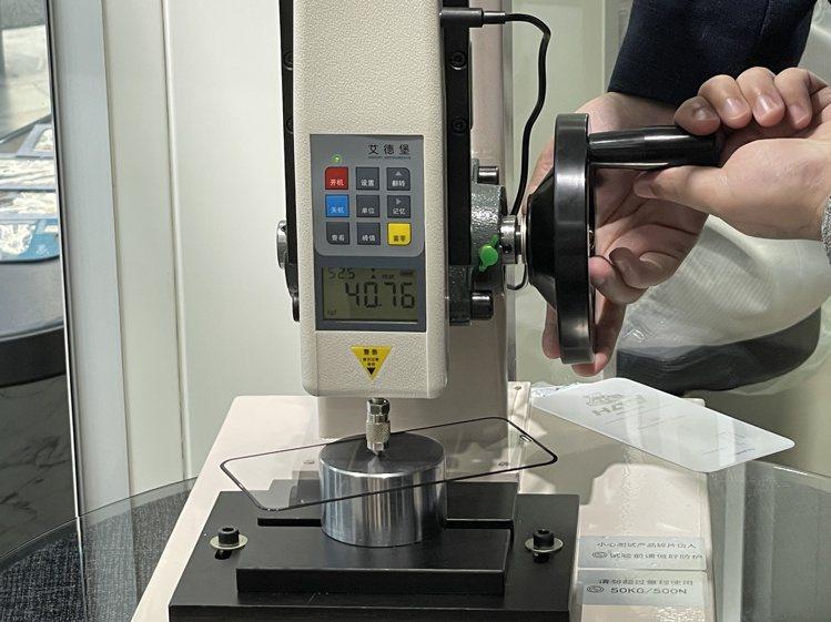 小豪包膜推出iPhone專屬5G果凍貼,可乘載超過30公斤以上的耐力。記者黃筱晴...