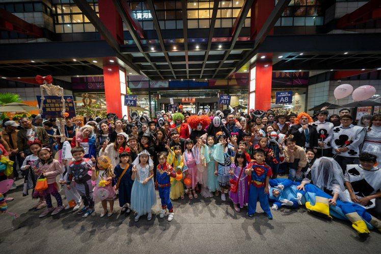 新光三越台北信義新天地大規模萬聖節遊行。圖/新光三越提供