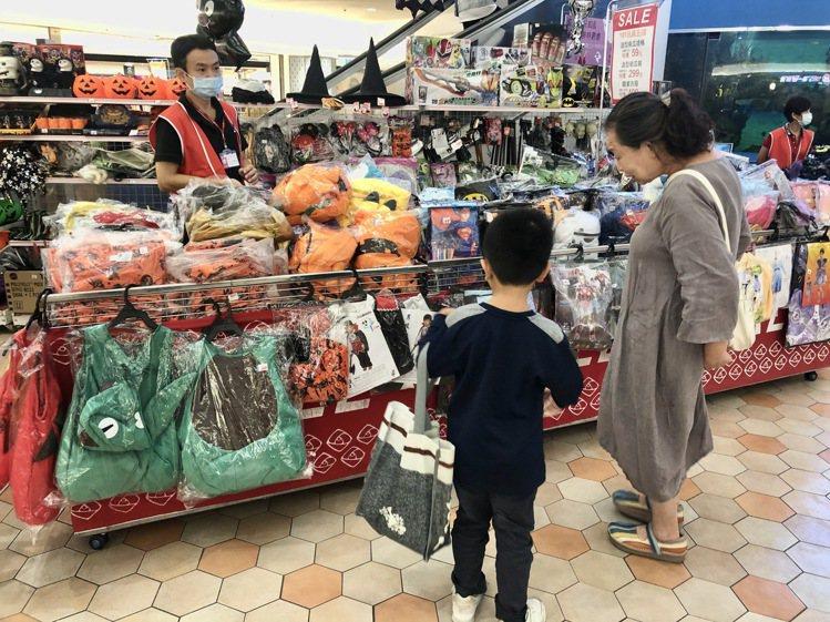 大葉高島屋即日起至萬聖節推出萬聖節玩具&兒童服飾特賣會,方便親子變裝。圖/大葉高...