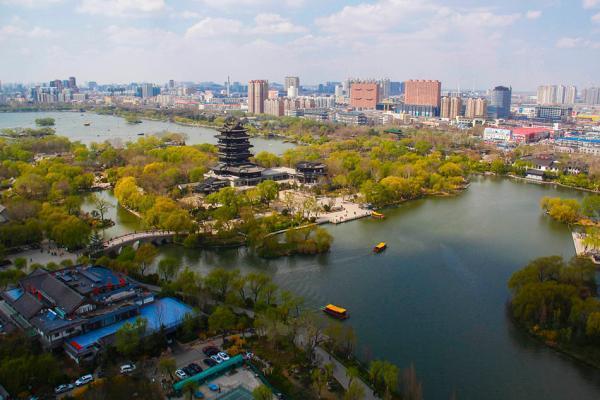 山東省「支持濟南建設國家中心城市、青島建設全球海洋中心城市」的說法,近期引起當地...