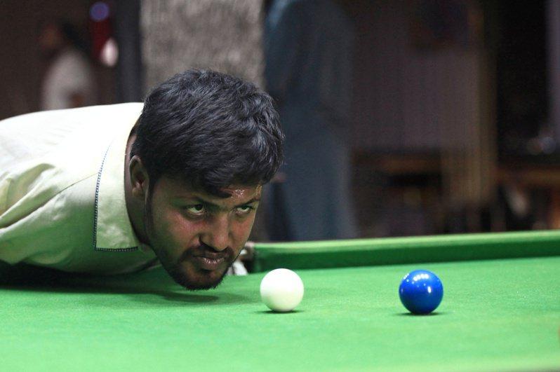 巴基斯坦一名天生沒有雙手的男子,靠著苦練「用嘴巴」打撞球,成為當地家喻戶曉的人物。路透