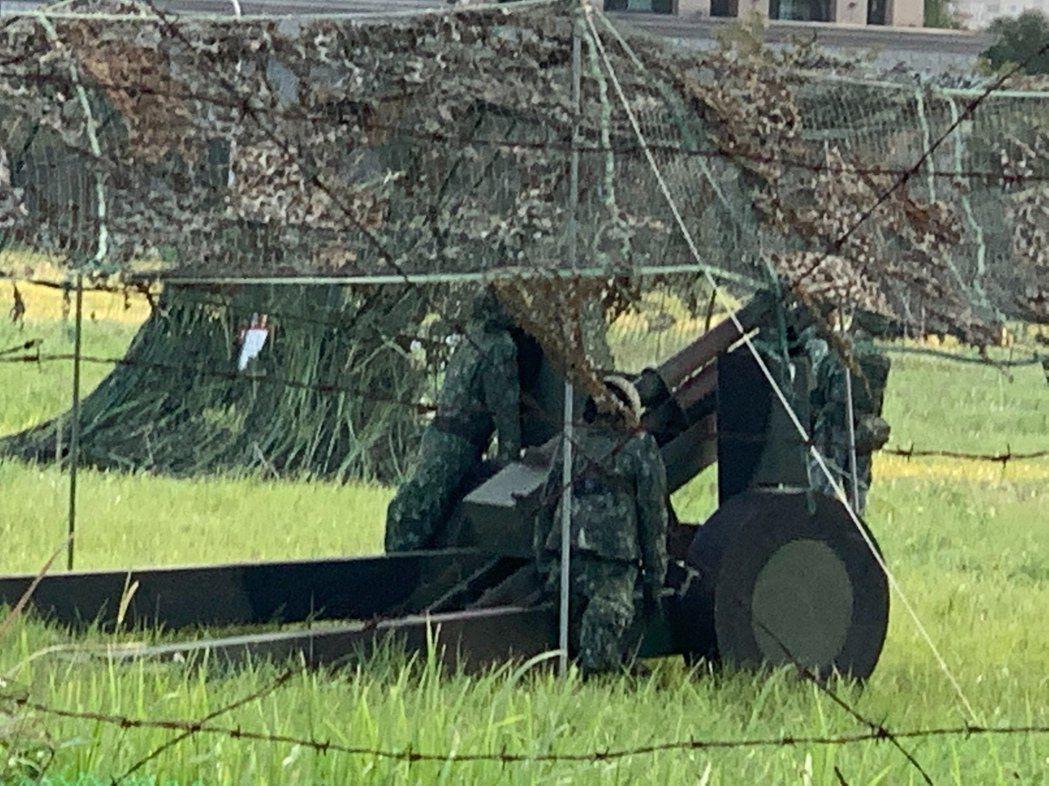 陸軍關渡指揮部今日在淡海新市鎮部署榴砲陣地與指揮所,部分陣地採取假士兵與假砲(如...