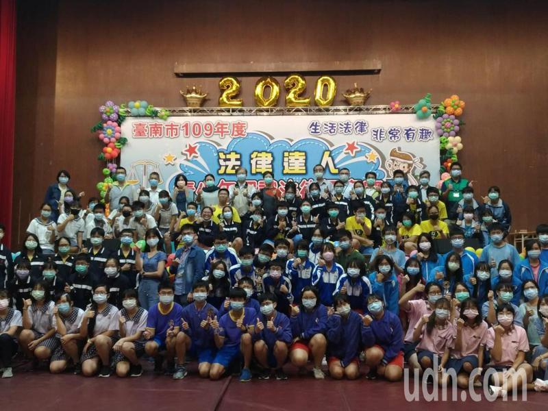 台南市教育局今天舉辦法律達人擂台決賽,共有36支隊伍與賽。記者鄭惠仁/攝影