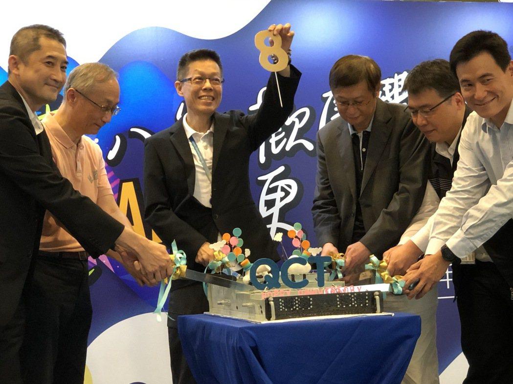 廣達旗下雲達今天舉行八周年慶,雲達總經理楊麒令(左三)表示,要建立數位轉型生態系...