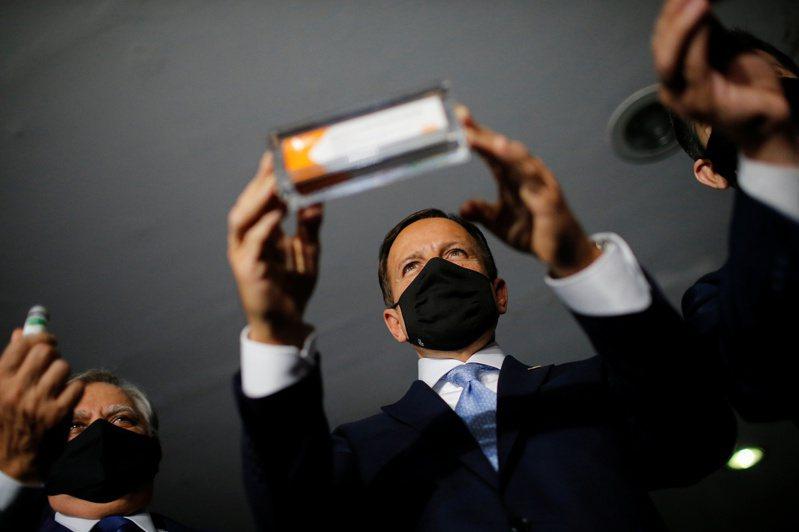 巴西聖保羅州長多里亞21日在國會展示中國科興生物公司研發的新冠疫苗Sinovac。路透
