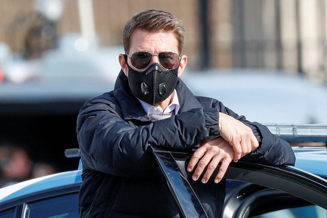 湯姆克魯斯不上鏡頭的時候都記得戴口罩自保。圖/路透資料照片