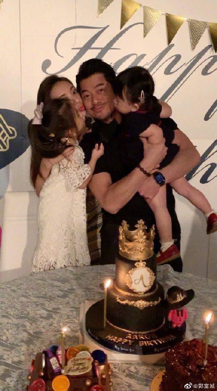 郭富城抱著2個女兒以及老婆方媛,歡度55歲生日。圖/摘自微博