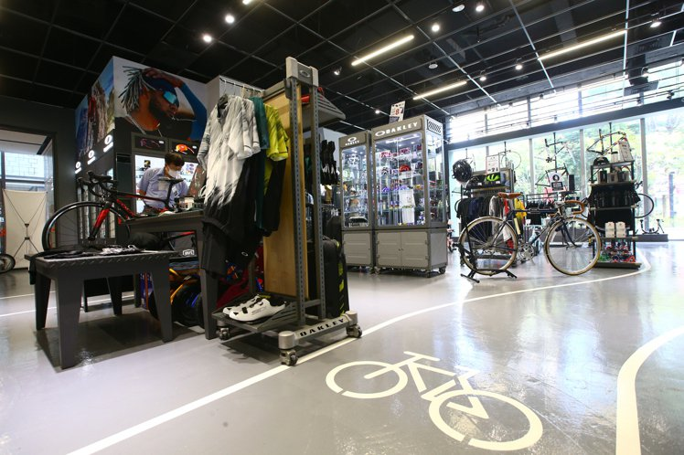 「單車喜客」新北百貨首家專門店。記者葉信菉/攝影