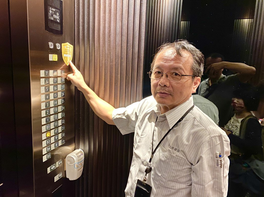 大樓電梯車廂是每一位住戶每天出門必定接觸的公設之一,採用抗菌鍍膜可達到除臭、自潔...