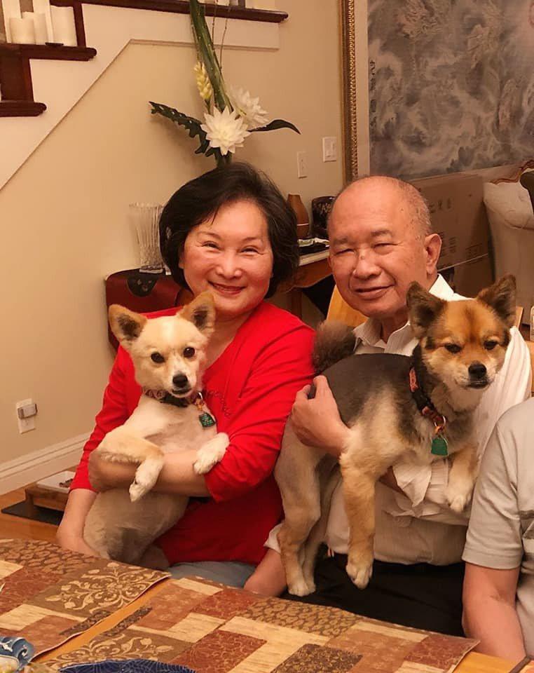吳宇森(右)和牛春龍(左)當爺爺、奶奶了。圖/摘自臉書