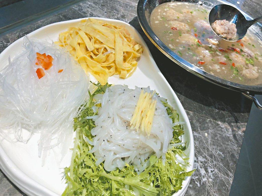 手工剁肉丸刷銀魚。圖/本報湖南益陽傳真