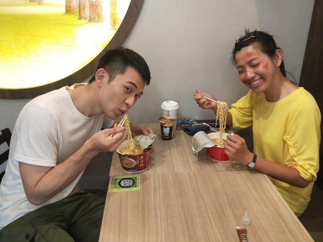 米可白(右)帶著傷妝,和曾子益在超商吃泡麵。圖/台視提供