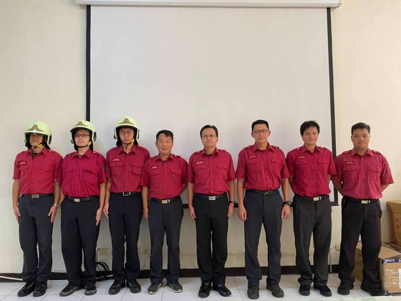 苗栗縣政府消防局第三大隊頭份分隊師徒制儀式,3名新進人員戴上消防帽,將由資深消防人員帶領2個月,養成優秀的消防人員。圖/苗栗縣政府消防局提供