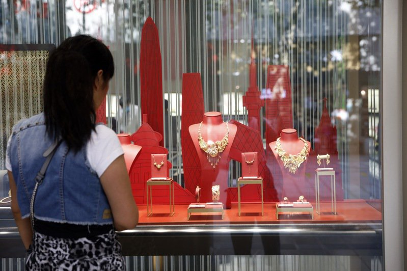 隨著國際金價上漲,大陸部分黃金飾品的價格也持續走高。圖為昆明金飾店門前。(中新社)