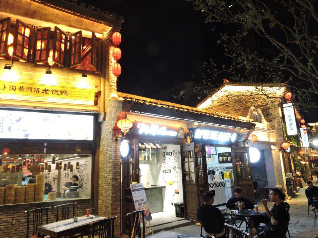 溫州推出「貨櫃夜市」、「後備箱夜市」以及「深夜食堂」的美食一條街等月光經濟街區,...