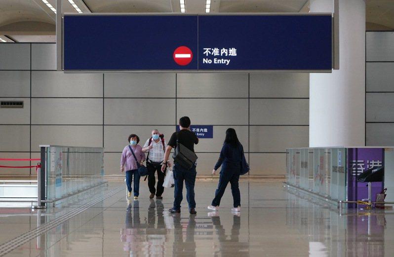 香港政府昨宣布,下月起在中國大陸的港人返港免14天檢疫。圖為香港居民經港珠澳大橋入境香港。(中新社資料照片)