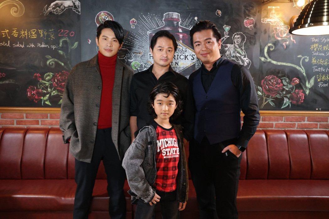 導演鄭有傑(中)攜演員姚淳耀(左)、白潤音(下)上節目。圖/「E! Studio