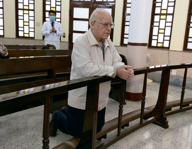 呂若瑟神父在聖堂前跪求天主「救救義大利」的一幕,讓人感動。圖╱天主教靈醫會提供