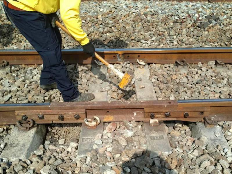 今天台鐵新市-永康間鋼軌出現19公分裂縫。圖/台鐵局提供