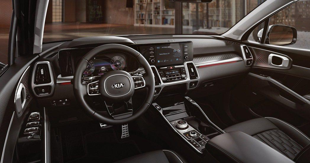 科技化車艙氛圍的車室空間搭載12.3吋整合智慧型全數位儀錶板,與駕駛艙中央的8吋...