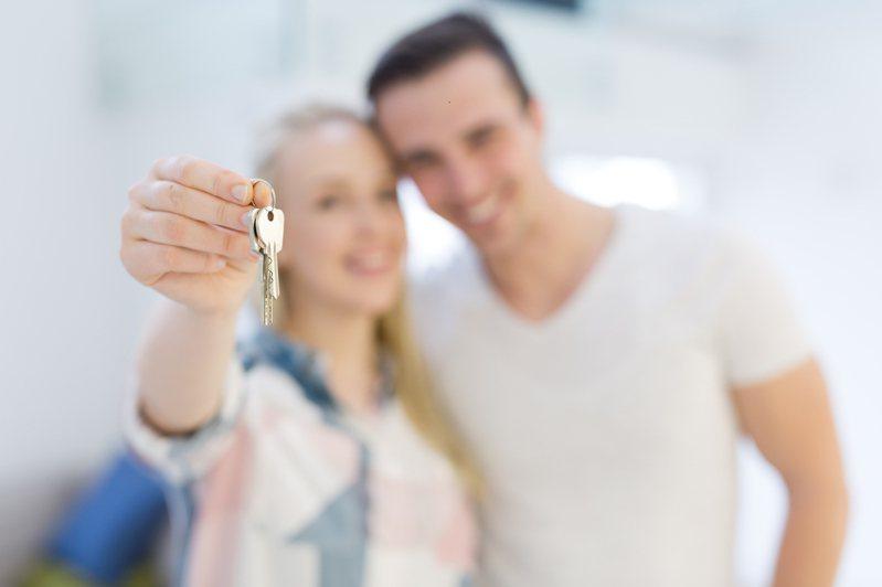 房價高漲,年輕人難以負擔,很多論及婚嫁的情侶會一起買房,共同打拚。 圖片來源/ingimage